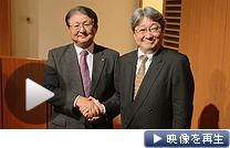 握手するリコーの近藤社長(左)とHOYAの鈴木最高経営責任者(1日、東京都千代田区)