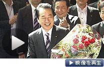 職員から贈られた花束を手に、首相官邸を去る菅直人首相(2日午前)