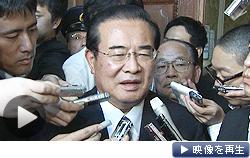 小沢元代表ら52人の離党届を提出した山岡氏が記者団の質問に応じた(2日)