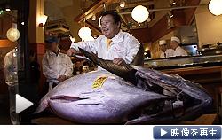 東京・築地の初セリで青森・大間産マグロが史上最高の1億5540万円で競り落とされた(5日)