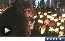 阪神大震災から18年。地震発生時刻の午前5時46分に黙とうをささげた(17日)=テレビ東京系列