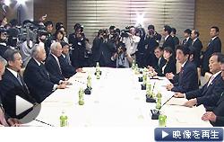安倍首相が経済3団体トップと会談。就活解禁時期を3カ月遅らせるよう要請した(19日、首相官邸)
