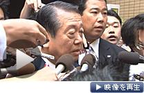 鳩山前首相との会談後、記者団の質問に答える小沢氏(26日午前、東京都港区)