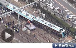回送電車が作業車と衝突し横転(23日、JR川崎駅)