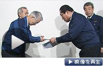 東京電力を訪問し汚染水放出への抗議書を提出する全漁連の服部郁弘会長(右)=6日