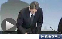 ソニーの平井一夫副社長が記者会見し情報流出を謝罪(1日、東京都港区)