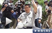 公園で放射線量を計測する職員(15日、豊島区東池袋)