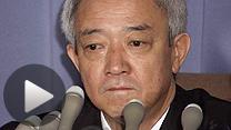 辞任を発表した記者会見で目を潤ませる松本龍復興相(5日)