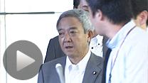 首相官邸で記者団の質問に答える松本龍復興相(4日正午ごろ)