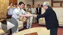 村井嘉浩宮城県知事(左)と県庁で会談する松本龍復興相(3日)