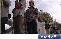 カダフィ大佐の遺体が運ばれたミスラタで、遺体を見ようと市民が行列を作った