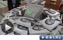 中国・上海市の大型書店に積まれたジョブズ氏の伝記(24日)