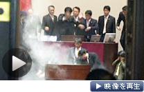 採決に抵抗する野党議員が議場に催涙ガスをまいた(22日、韓国・ソウル)