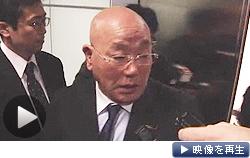 中国・北京国際空港で記者団の質問に答える訪朝した飯島内閣官房参与