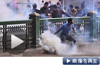 エジプトで大規模デモ 警官隊が催涙弾などで鎮圧を試み、反体制派と衝突した
