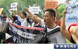 ベトナムの首都ハノイでは2000人以上が中国大使館前で抗議した(11日)