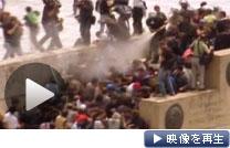 ギリシャ政府の追加緊縮策に抗議するデモ隊と警官隊が衝突(5日、アテネ)