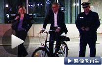 自転車で登場し「脱原発」を発表するレトゲン独環境相(30日未明、ベルリン)
